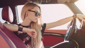 Картинка: Светловолосая девушка, очки, руль, салон, авто