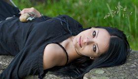 Картинка: Тёмные волосы, взгляд, девушка, пирсинг, платье, брюнетка, лежит, камень