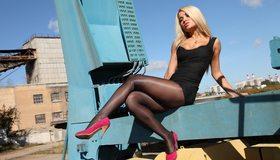 Картинка: Девушка, блондинка, платье, чёрное, туфли, сидит, поза, позирует