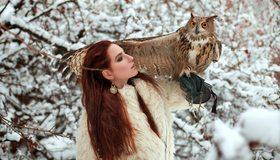 Картинка: Девушка, рыжеволосая, перчатка, птица, ушастая сова, филин, крыло, ветки, зимае