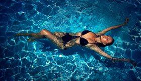 Картинка: Девушка, плавает, на спине, купальник, вода, блики, бассейн
