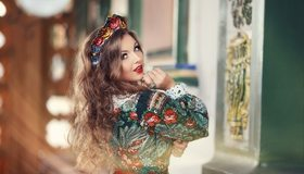 Картинка: Девушка, Анастасия Грошева, шатенка, волосы, кудри, локоны, головной убор, взгляд, русский стиль, нарядная