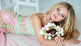 Картинка: Блондинка, волосы, макияж, платье, цветы, венок, лежит