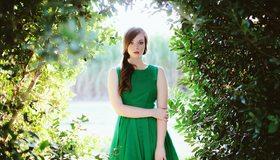 Картинка: Девушка, платье, деревья, ветки, листья, взгляд, макияж, зелёный