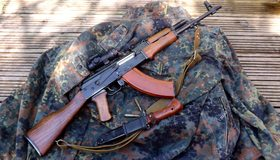 Картинка: Автомат Калашникова, АКМ, прицел, ремень, штык-нож, патроны, одежда