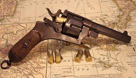 Картинка: Револьвер, патроны, карта