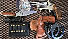 Картинка: Патроны, кобура, фонарик, нож, значок, пистолет, обойма, патроны, наручники, ключи