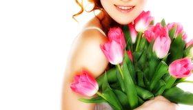 Картинка: Весна, букет, тюльпаны, цветы, листья, девушка, улыбка, настроение, радость, поздравление, праздник, белый фон