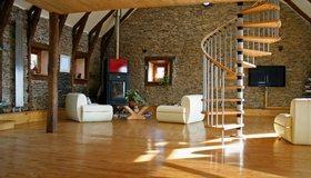 Картинка: Гостиная, лестница, кресла, телевизор, стены, пол, камин
