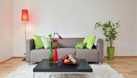 Картинка: Диван, столик, подушки, фрукты, лампа, ковёр, цветы