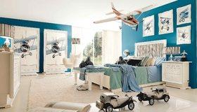 Картинка: Детская комната, кровать, ковёр, торшер, картины, самолёты, игрушки, машинки
