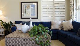 Картинка: Комната, диван, подушки, торшер, ваза, растения, цветы, картина, окно, жалюзи, уют