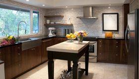 Картинка: Кухня, стол, сервиз, апельсины, ваза, гарнитур, окно, холодильник, картина