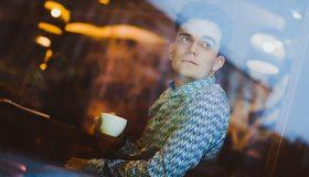 Картинка: Мужчина, лицо, взгляд, кафе, сидит, чашка, стекло, отражение