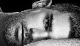 Картинка: Мужчина, лицо, борода, волосы, лежит, взгляд