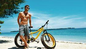 Картинка: Мужчина, очки, пляж, море, песок, велосипед, день, небо