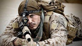 Картинка: Мужчина, солдат, лежит, оружие, прицел, снаряжение, автомат