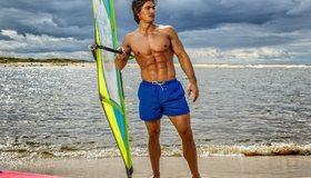 Картинка: Мужчина, спортсмен, виндсерфинг, парусная доска, виндсёрф, тучи, песок, берег, море, пляж, накачанный, пресс