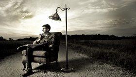 Картинка: Мужчина, сидит, кресло, торшер, светильник, фонарь, дорога, небо