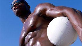 Картинка: Мужчина, парень, темнокожий, мышцы, торс, очки, мяч, небо