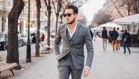 Картинка: Мужчина, парень, небритость, костюм, очки, улица, тротуар, идёт