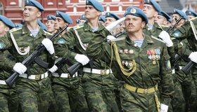 Картинка: ВДВ, парад, десант, армия, парни, мужчины, оружие, вооружённые, форма, берет