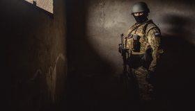 Картинка: Спецназ, боец, мужчина, форма, каска, отряд, автомат, оружие, флаг, Россия, укрытие, стены, окно, свет