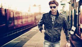 Картинка: Парень, лицо, очки, куртка, вокза, перрон, поезд, улица