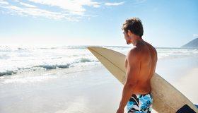 Картинка: Мужчина, сёрфер, доска, берег, пляж, солнечный день, море, волны, песок