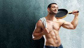 Картинка: Мужчина, щетина, сковородка, пресс, улыбка, джинсы