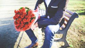 Картинка: Мужчина, костюм, розы, цветы, букет, романтика, скамейка, тень