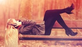 Картинка: Девушка, наушники, лежит, скамейка, парк