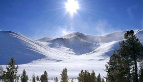 Картинка: Горы, деревья, хвоя, снег, солнце, светило, лучи, день, зима, небо