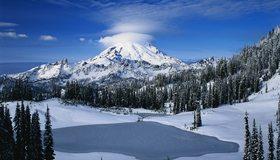 Картинка: Гора, небо, облака, лес, деревья, озеро, снег, зима, облачная шапка