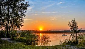 Картинка: Лес, деревья, трава, берег, озеро, вода, волны, небо, закат, лодка, лето