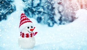 Картинка: Снеговик, зима, снег, улыбается, шапка, шарф, боке
