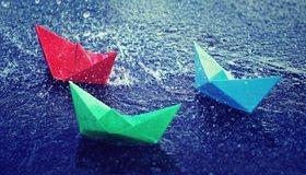 Картинка: Оригами, кораблик, бумажный, плывёт, вода, капли, дождь