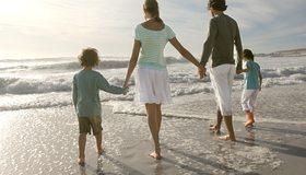 Картинка: Семья, люди, папа, мама, дети, море, волны, морская пена, берег, песок