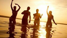 Картинка: Парень, девушки, компания, вода, отражение, закат, горизонт, отдых, настроение, веселье