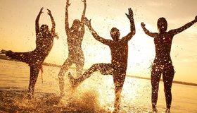 Картинка: Компания, друзья, веселье, настроение, отдых, вода, брызги, закат