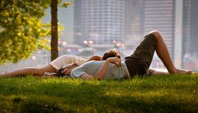 Картинка: Парень, девушка, пара, лежат, трава, газон, отдых, листва, город, здания, дома, улица