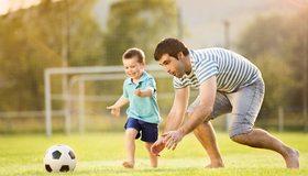 Картинка: Мужчина, ребёнок, отец, сын, игра, мяч, футбол, ворота, бег, развлечение