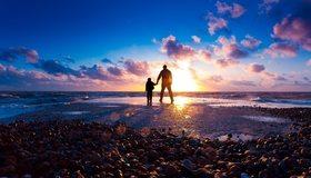 Картинка: Закат, камни, берег, море, небо, облака, прогулка, мужчина, ребёнок, двое