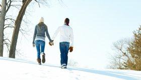 Картинка: Пара, парень, девушка, прогулка, спина, идут, за руки, шапка, зима, снег, деревья