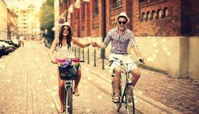 Картинка: Парень, девушка, путешествие, велосипед, езда, тротуар, дорожка, здание