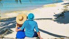 Картинка: Пара, девушка, парень, шляпа, объятия, тень, море, песок, пляж, солнце