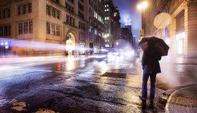 Картинка: Город, улица, здания, ночь, освещение, мужчина, зонтик, асфальт, мокрый