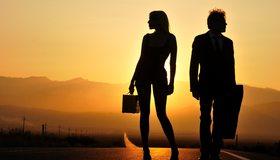 Картинка: Мужчина, женщина, дорога, силуэт, закат, горы, горизонт