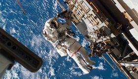 Картинка: Земля, полёт, невесомость, скафандр, корабль, астронавт