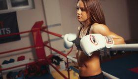 Картинка: Брюнетка, ринг, канат, боксёрские перчатки